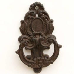 Cast Iron Door Knocker – Medaillon (Heurtoir en fonte)